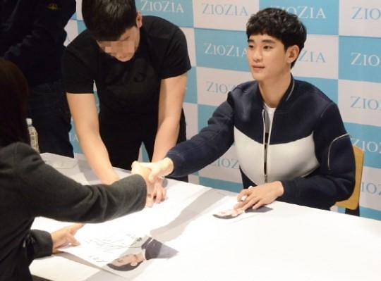 金秀贤参加品牌签名会 与粉丝握手被赞礼貌