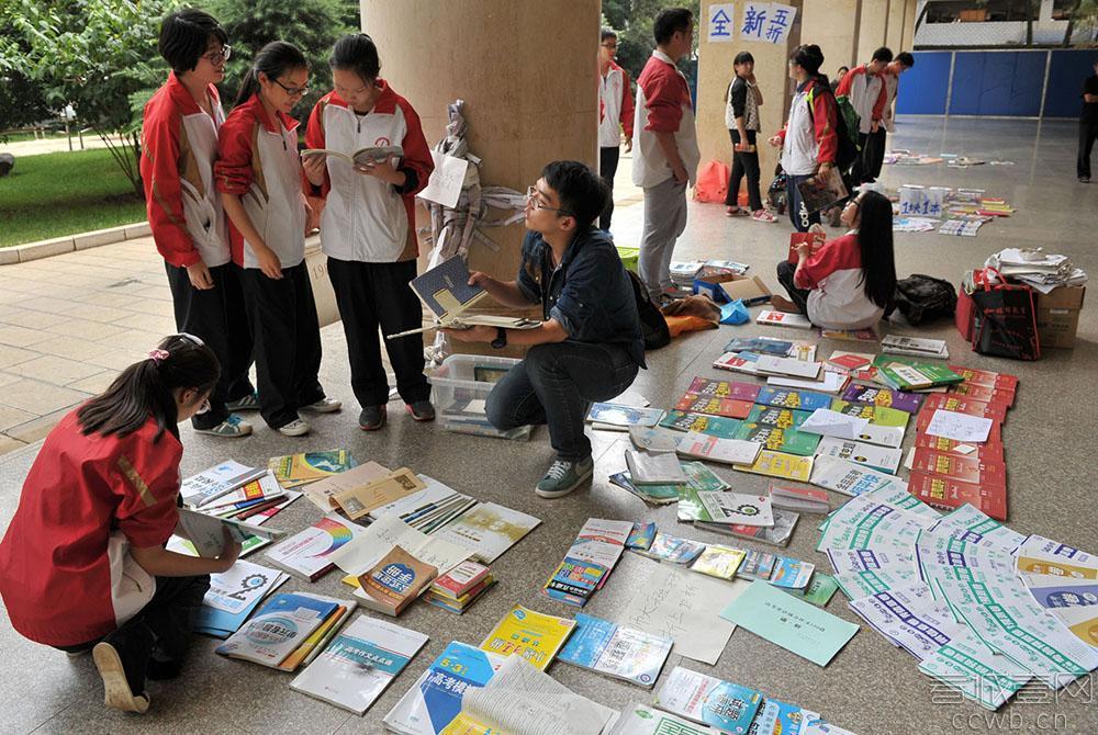 高考结束高三学生摆地摊 学霸笔记卖六七十