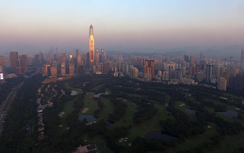 航拍深圳中心区高尔夫球场