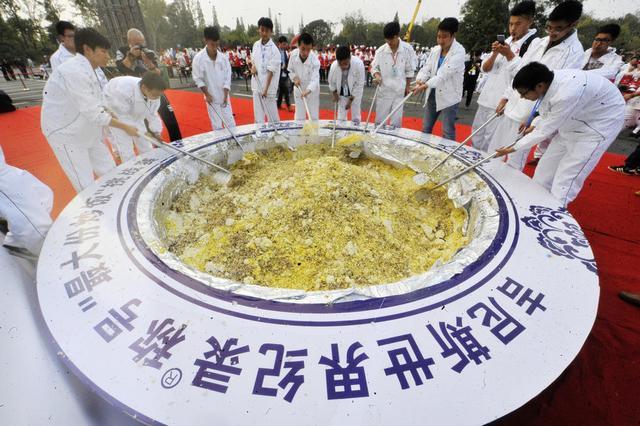 """扬州""""破纪录炒饭""""成本14万 官方称未参与"""