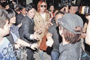 张根硕抵香港宣传 狂热粉丝引起机场混乱