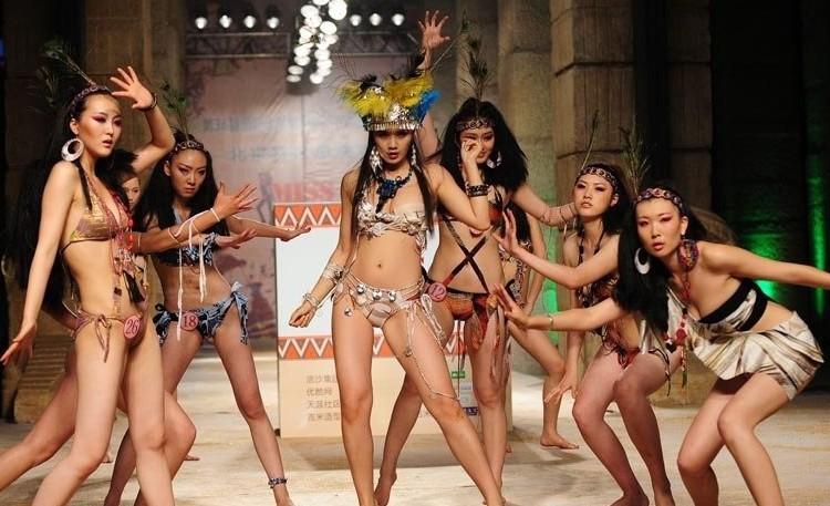 国际比基尼小姐大赛选手展示创意比基尼