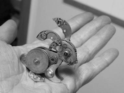 美国艺术家将手表零件制成精美艺术品