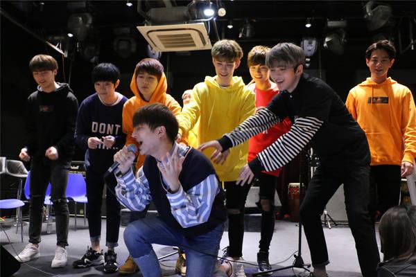 SWIN演唱会上海站即将开唱 苟晨浩宇干脆去江边吼两嗓子