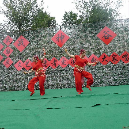 蓟县文艺志愿服务队为农民搭建舞台庆祝祖国66岁华诞