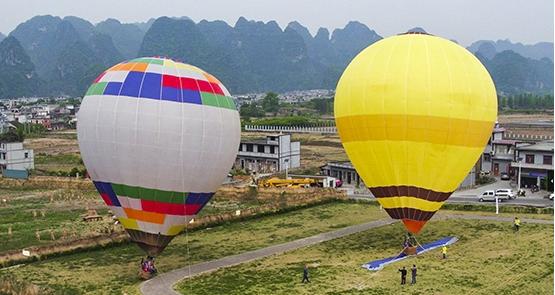 贵州兴义万峰林举办年度热气球首飞活动
